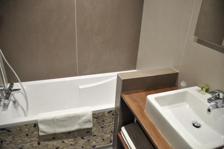 Salle de bain avec baignoire h tel st eloy accueil for Salle de bain 7m2 avec baignoire
